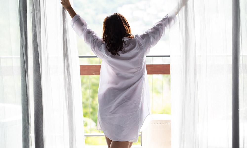 ¿Cómo vestir mis ventanas: Cortinas o Estores?
